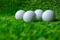 Pi?ka golfowa na trawie zdjęcia stock