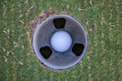 Piłka golfowa w dziurze Obrazy Stock