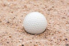 Piłka Golfowa w piasku Zdjęcia Stock