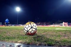 Piłka w futbolowej arenie Zdjęcia Royalty Free