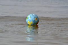 Piłka w morzu Obrazy Stock