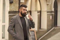 Pi? kawowy aktywnego Biznesmena lumbersexual pojawienie cieszy si? kawow? przerw? z centrum biznesu Relaksuje i fotografia royalty free