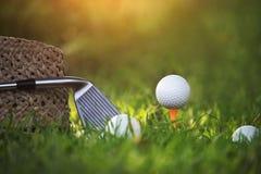 Pi?ki golfowe i kije golfowi zar?wno jak i wyposa?enie u?ywa? bawi? si? golfa na zielonej trawie obrazy royalty free