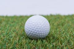 piłki golfowy trawy zieleni biel Obraz Stock