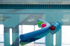 Piłki i tubki w jasnym wodnym basenie Zdjęcia Stock