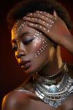 Piękna afro dziewczyna z rysunkami na skórze Obraz Stock