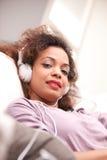 Piękna afroamerican kobieta na kanapie Fotografia Royalty Free