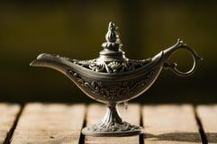 Piękna antykwarska metal lampa w prawdziwym Aladin stylu na drewnianej powierzchni, siedzi Zdjęcia Stock