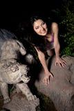 Piękna azjatykcia dziewczyna w ciemnej nocy Zdjęcia Royalty Free