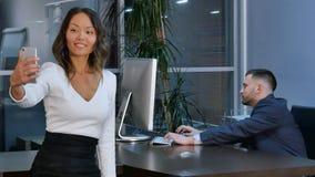 Piękna azjatykcia kobieta bierze selfie na smartphone, pracuje w biurze Obraz Stock