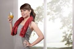 Piękna azjatykcia kobieta pije zdrowego naturalnego sok dla healt Fotografia Stock