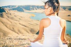Piękna azjatykcia kobieta relaksuje i medytuje plenerowy przy mountai Obrazy Stock