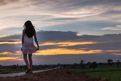 Piękna azjatykcia kobiety pozycja na kopu z zmierzchem Obraz Royalty Free