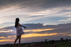 Piękna azjatykcia kobiety pozycja na kopu z zmierzchem Obraz Stock