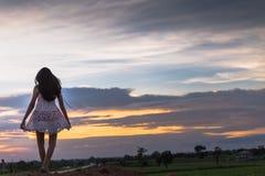 Piękna azjatykcia kobiety pozycja na kopu z zmierzchem Obrazy Royalty Free