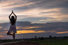 Piękna azjatykcia kobiety pozycja na kopu z zmierzchem Fotografia Royalty Free