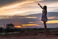 Piękna azjatykcia kobiety pozycja na kopu z zmierzchem Zdjęcie Royalty Free