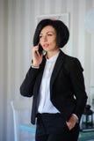 Piękna biznesowa dama opowiada na telefonie Fotografia Royalty Free