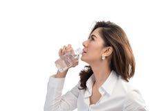 Piękna biznesowej kobiety woda pitna Zdjęcia Royalty Free