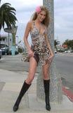 Piękna blond dziewczyna pozuje outside na ulicie Fotografia Stock