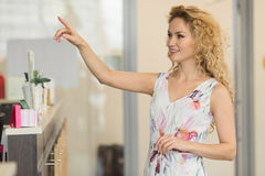 Piękna blond dziewczyna w kawiarni, wybiera kawowej ot herbaty Zdjęcia Stock
