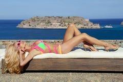 Piękna blond kobieta w fantastycznym koloru swimsuit Fotografia Stock
