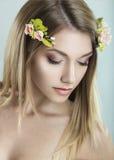 Piękna blond kobieta z kwiatami na ona kierownicza Zdjęcia Stock