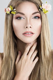 Piękna blond kobieta z kwiatami na ona kierownicza Obraz Royalty Free
