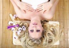 Piękna blondynek wellnes kobieta relaksuje Zdjęcia Royalty Free