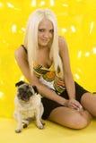 piękna blondynka balonu mopsa spódnica Zdjęcie Stock