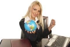 piękna blondynka globe gospodarstwa Zdjęcia Stock