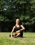 Piękna blondynka w parku z dumbbells Zdjęcia Stock
