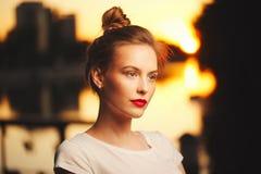 Piękna blondynki dziewczyna na ulicie Fotografia Stock