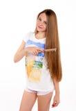 Piękna blondynki dziewczyna robi fryzurze Obrazy Royalty Free