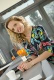Piękna blondynki kobieta w jej kuchni Zdjęcia Royalty Free