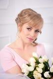 Piękna blondynki kobieta z bukietem tulipany obraz royalty free