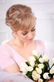 Piękna blondynki kobieta z bukietem tulipany obrazy stock