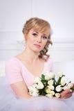 Piękna blondynki kobieta z bukietem tulipany zdjęcie royalty free