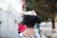 Pi?kna blondynki kobieta z kwiatu wiankiem na jej g?owie Piękna dziewczyna z kwiat fryzurą bedsheet moda k?a?? fotografii uwodzic obrazy royalty free