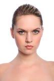 piękna blondynki niebieskich oczu dziewczyna robi naturalny up Zdjęcia Stock
