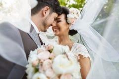 Piękna bridal para przy zmierzchem na ulicach Wenecja Zdjęcie Royalty Free