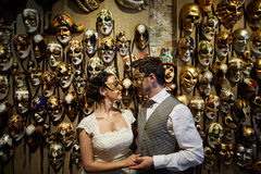 Piękna bridal para przy zmierzchem na ulicach Wenecja Zdjęcia Stock