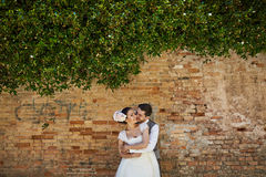Piękna bridal para przy zmierzchem na ulicach Wenecja Obraz Stock