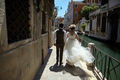 Piękna bridal para przy zmierzchem na ulicach Wenecja Obrazy Royalty Free