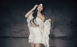 Piękna brunetka romantyczna stylowa fotografia Obrazy Royalty Free