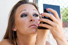Piękna brunetka stosuje eyeshadow. obraz stock