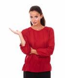 Piękna brunetka trzyma ona up prawa palma Obrazy Stock