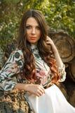 Piękna brunetki dziewczyna pozuje outdoors Obrazy Royalty Free