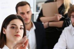 Piękna brunetki kobieta robi niektóre ocenom na ekranie Fotografia Stock
