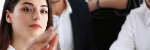 Piękna brunetki kobieta robi niektóre ocenom na ekranie Obraz Stock